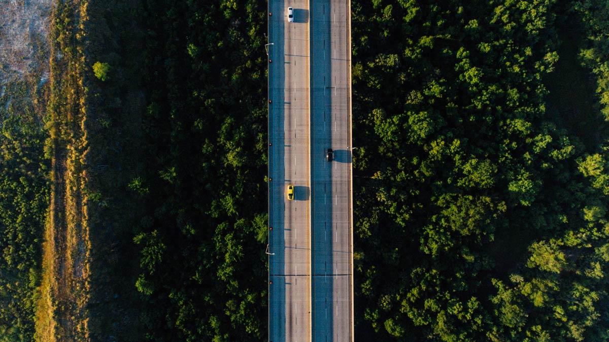 Foto aerea de carretera lejana