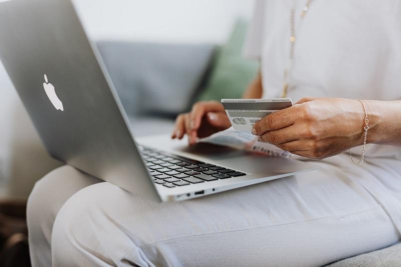 sicher bezahlen im internet am laptop mit kreditkarte