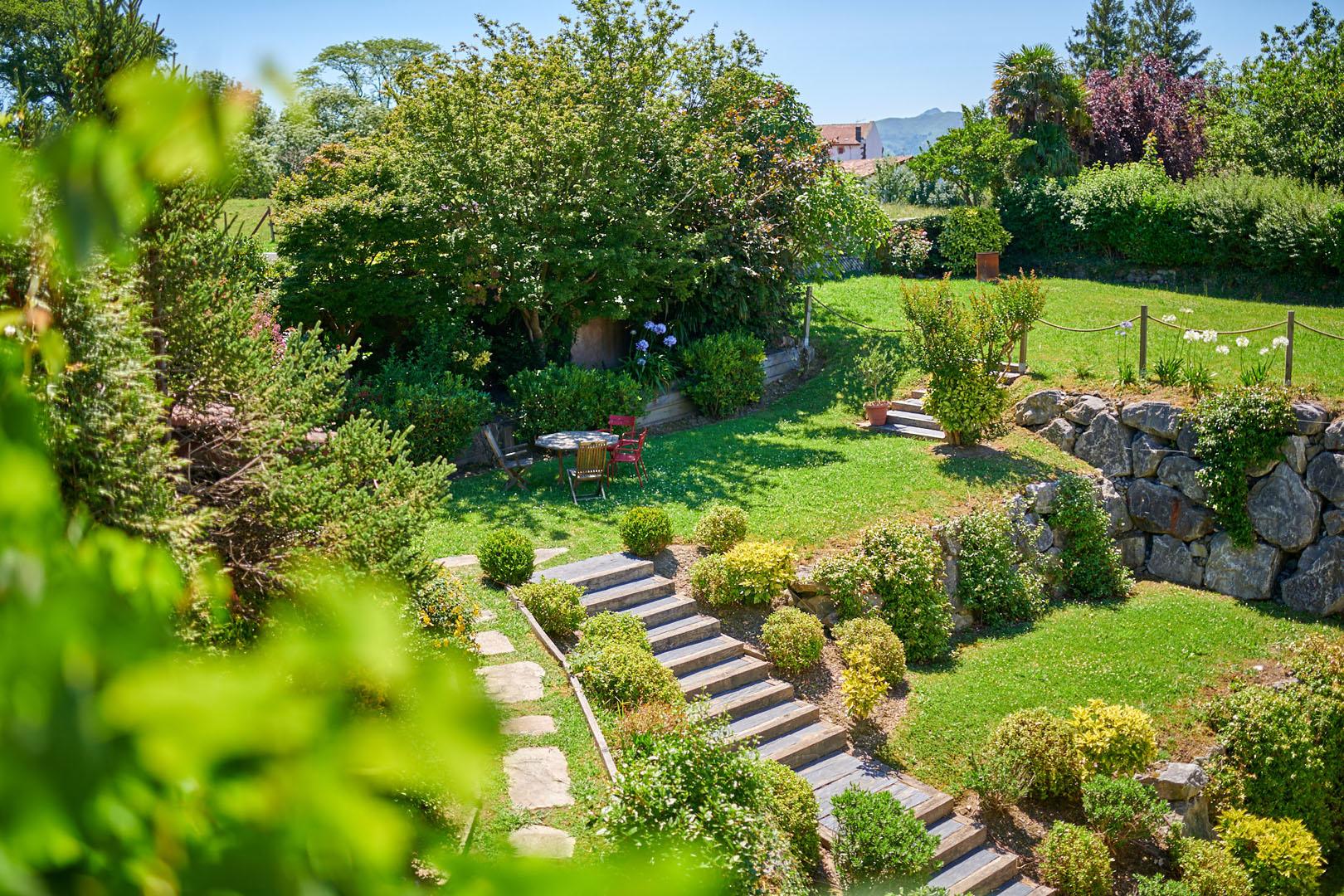 Jardín trasero del hotel Arraya