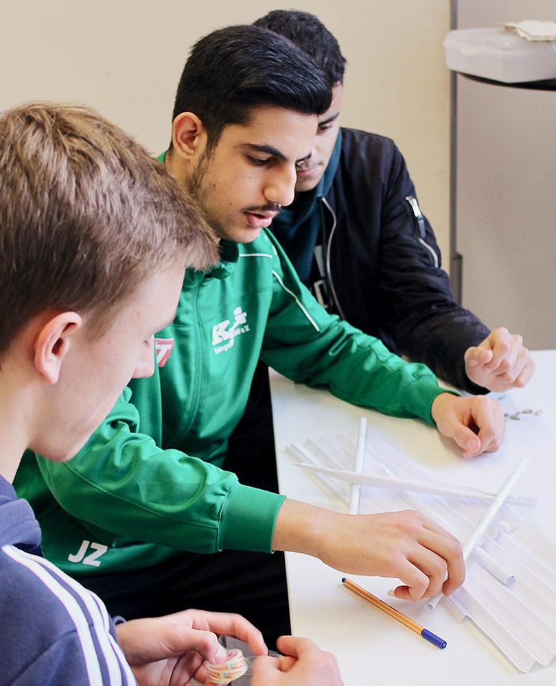 Foto von Jugendlichen bei der Projektarbeit