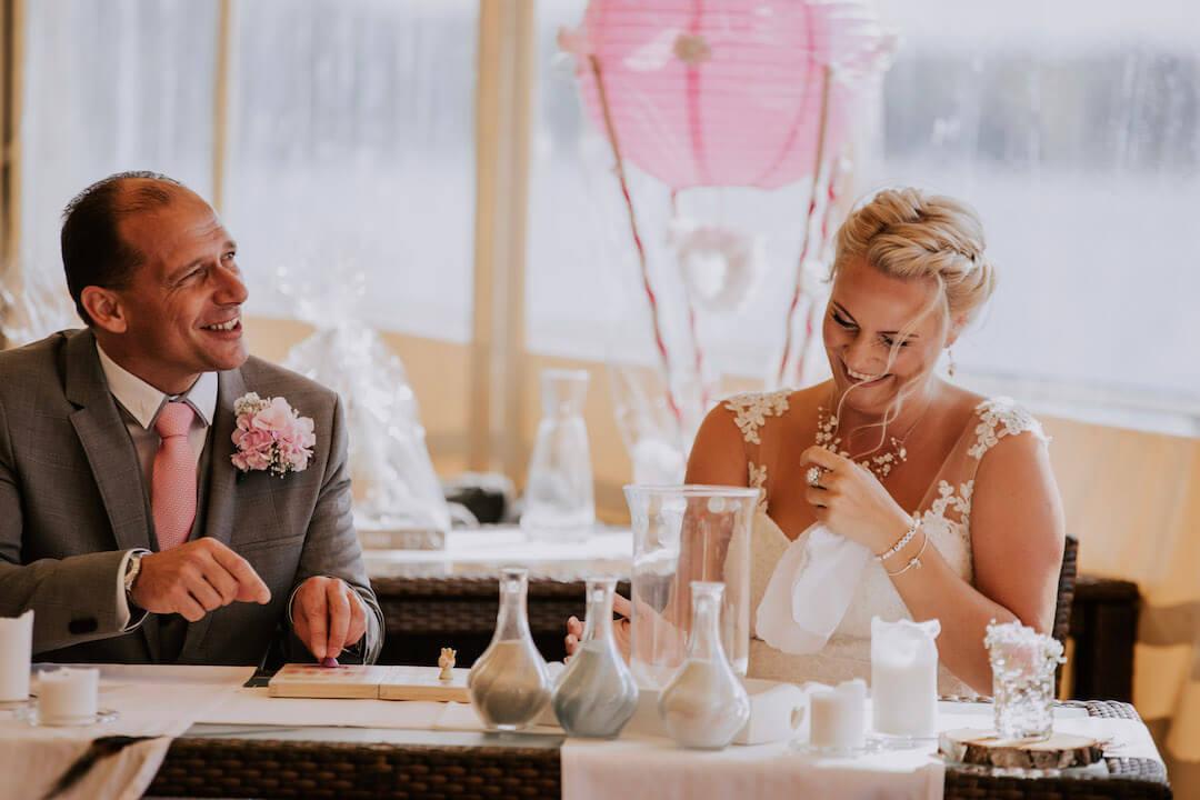 Glückliches Hochzeitspaar bei einem Trauritual von Frau Hochzeitsliebe