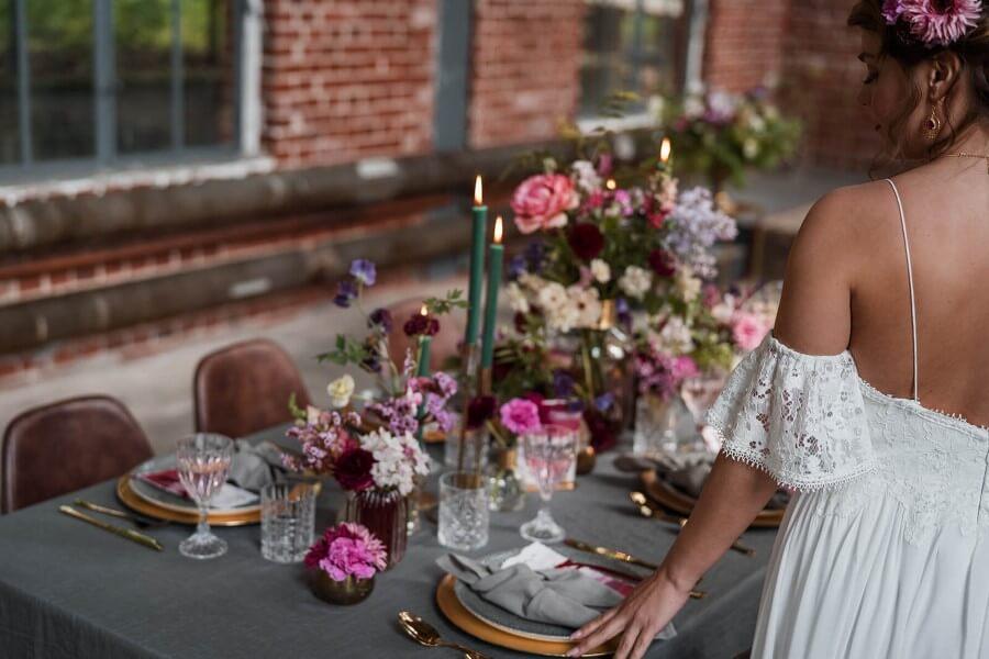 Holt Euch farbenfrohe Inspiration für die Gestaltung Eurer Hochzeit und eröffnet mit einer freien Trauung Euren ganz besonderen Tag . Ich durfte als freie Traurednerin an dem Tag dabei sein.