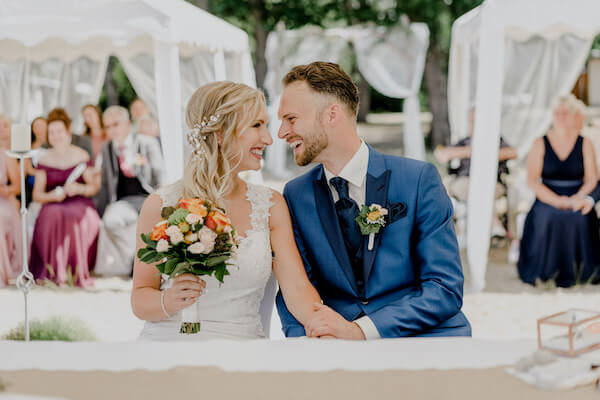 Hier gibt es wundervolle Impressionen von der kombinierten freien&standesamtlichen Trauung von einem zauberhaftem Hochzeitspaar!