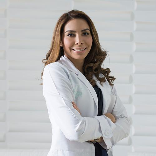 Mujer dermatóloga sonriendo