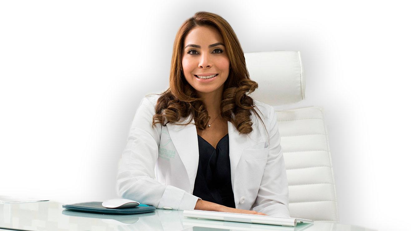 Mujer dermatóloga sentada en su consultorio