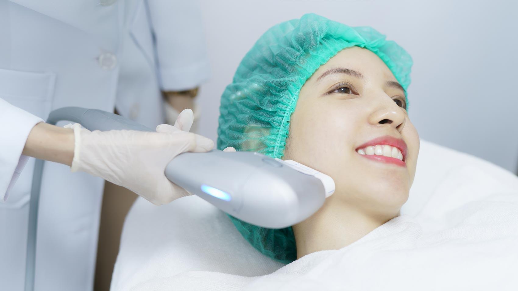 Mujer recibiendo tratamiento Ultherapy en el rostro