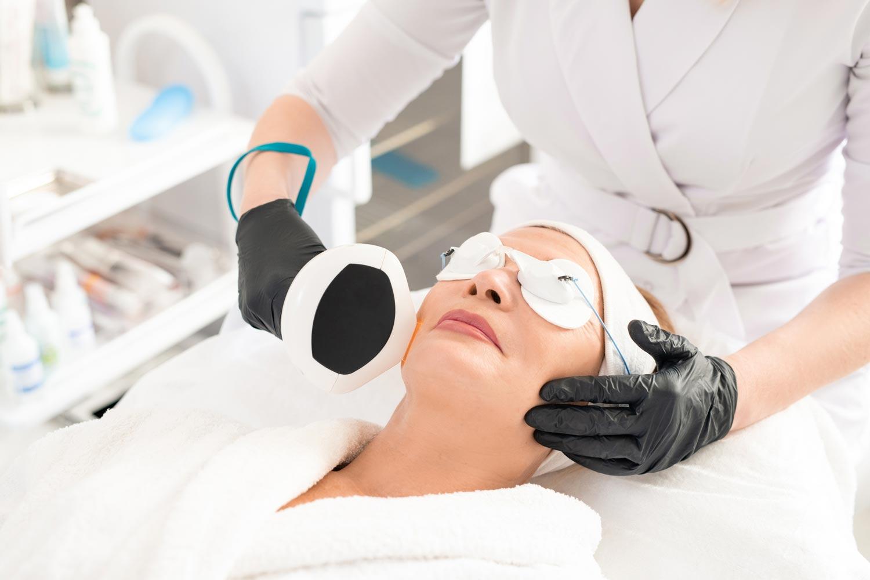 Mujer recibiendo tratamiento de depilación láser