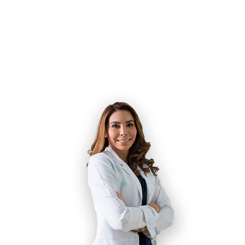 Dermatóloga mujer posando de brazos cruzados
