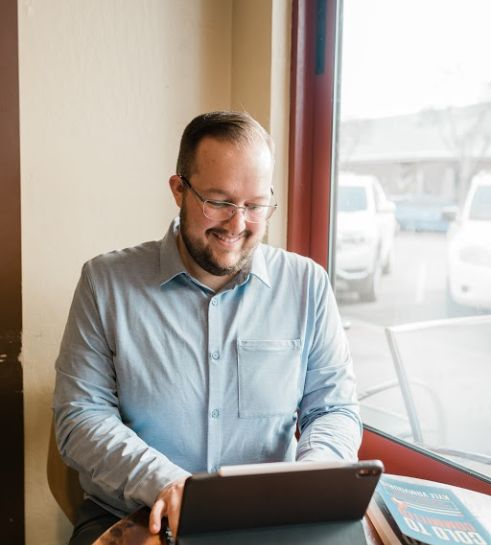 Image of Kyle Vamvouris working at his computer.