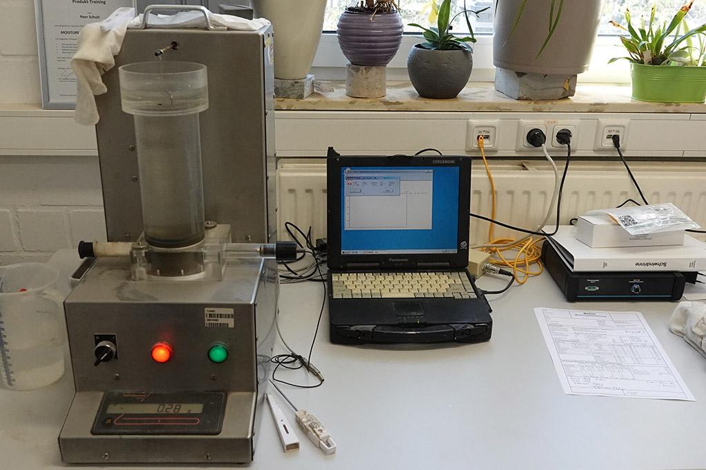 AVA – Messung Bestimmung des Abstandsfaktors und der Mikroluft im Frischbeton mittels AVA – Messgerät.