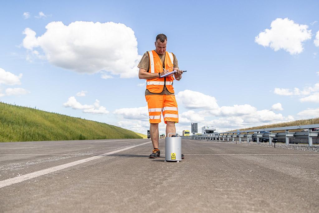 Feinste Messungen ELAtextur ® Schnelle und exakte Laser-Messung der Grobtextur (Griffigkeit) auf Verkehrsflächen und Bohrkernen.