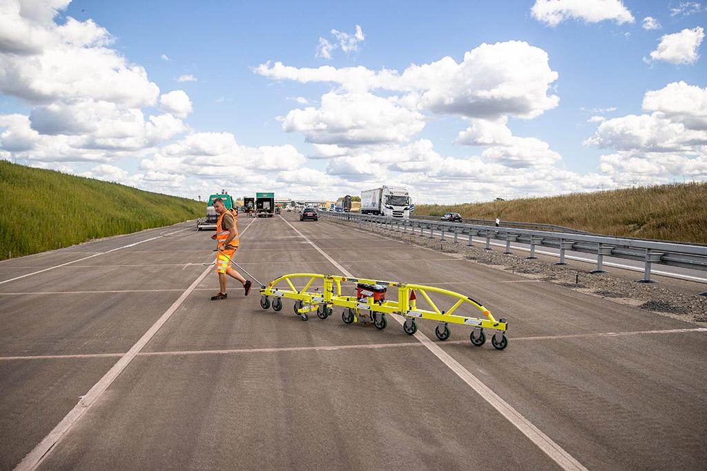 Planograph Zur Ermittlung der Längsebenheit von Fahrbahnen, um Fahrkomfort und -sicherheit zu erhalten.