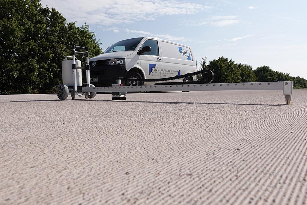 ELA-Linear-Messgerät ® Präzise Kontrolle der Spurtiefe in der Fahrspur per Lasersensor und Qualitätskontrolle von Texturierungsmaßnahmen (z.B. Grinding).