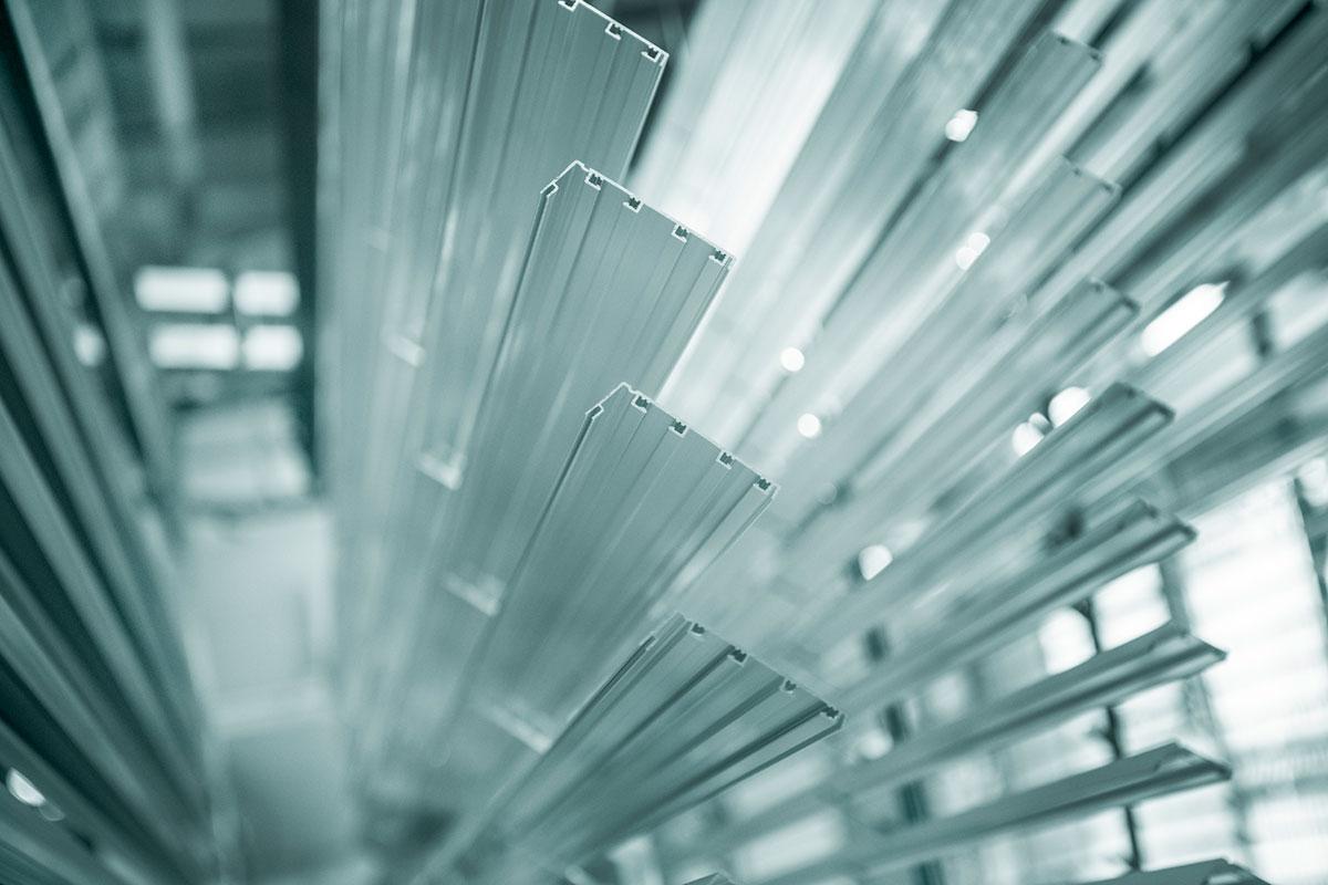 Förbehandlingen av aluminium sker i 7-9 steg med avfettning, betning, kromfri ytomvandling och avjonisering.