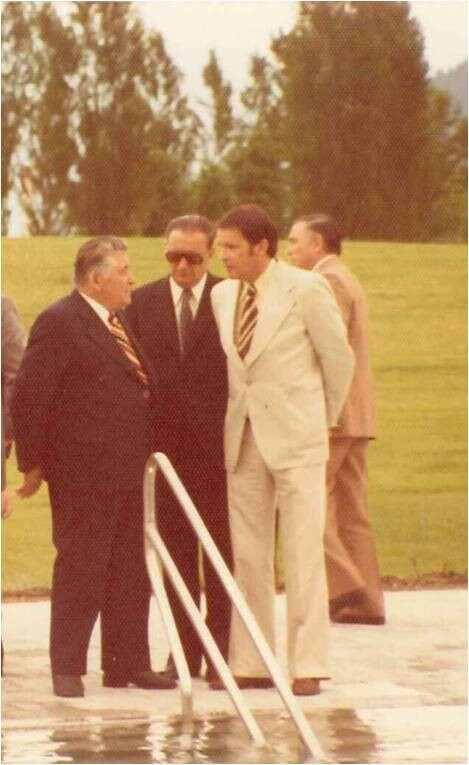 Bürogründer Arch. Manfred Machné (ganz in weiss) 1975 bei der Eröffnung des Dolomitenbades mit LH von Tirol Eduard Wallnöfer.