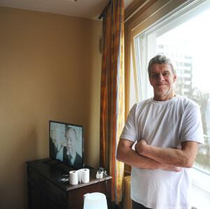 Mann in seinem Zimmer
