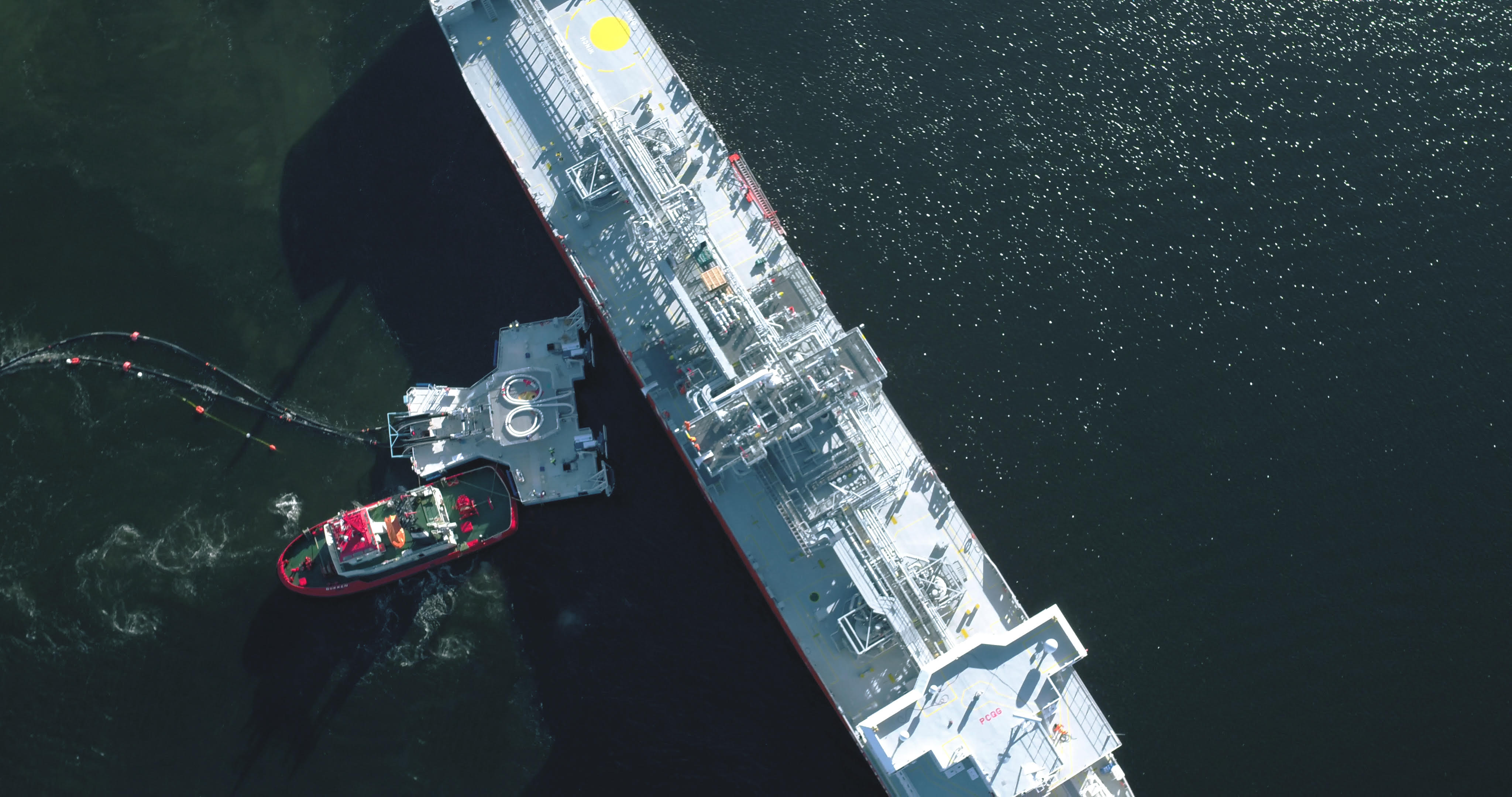 Floating jettyless transfer system for LNG