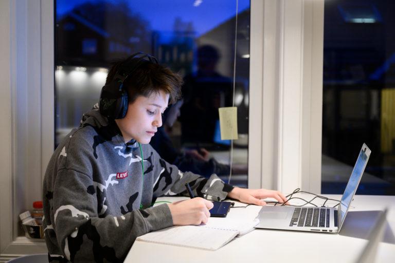 Elev Philip som konsentrerer seg med leksehjelp foran PC