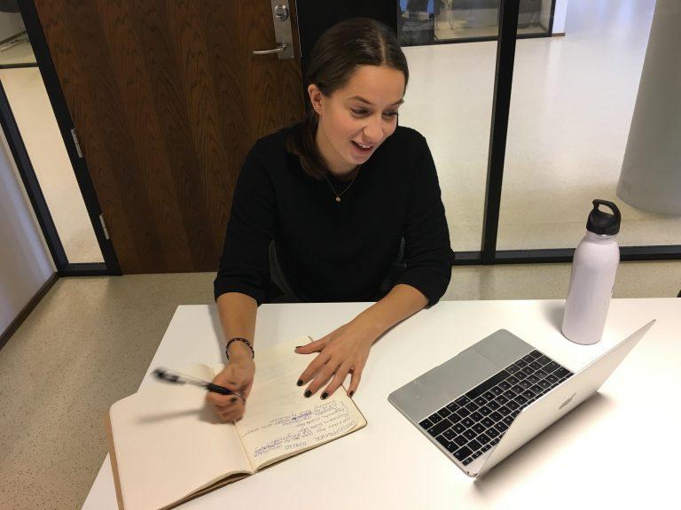 Personlig lærer Elena som har nettundervisning i norsk