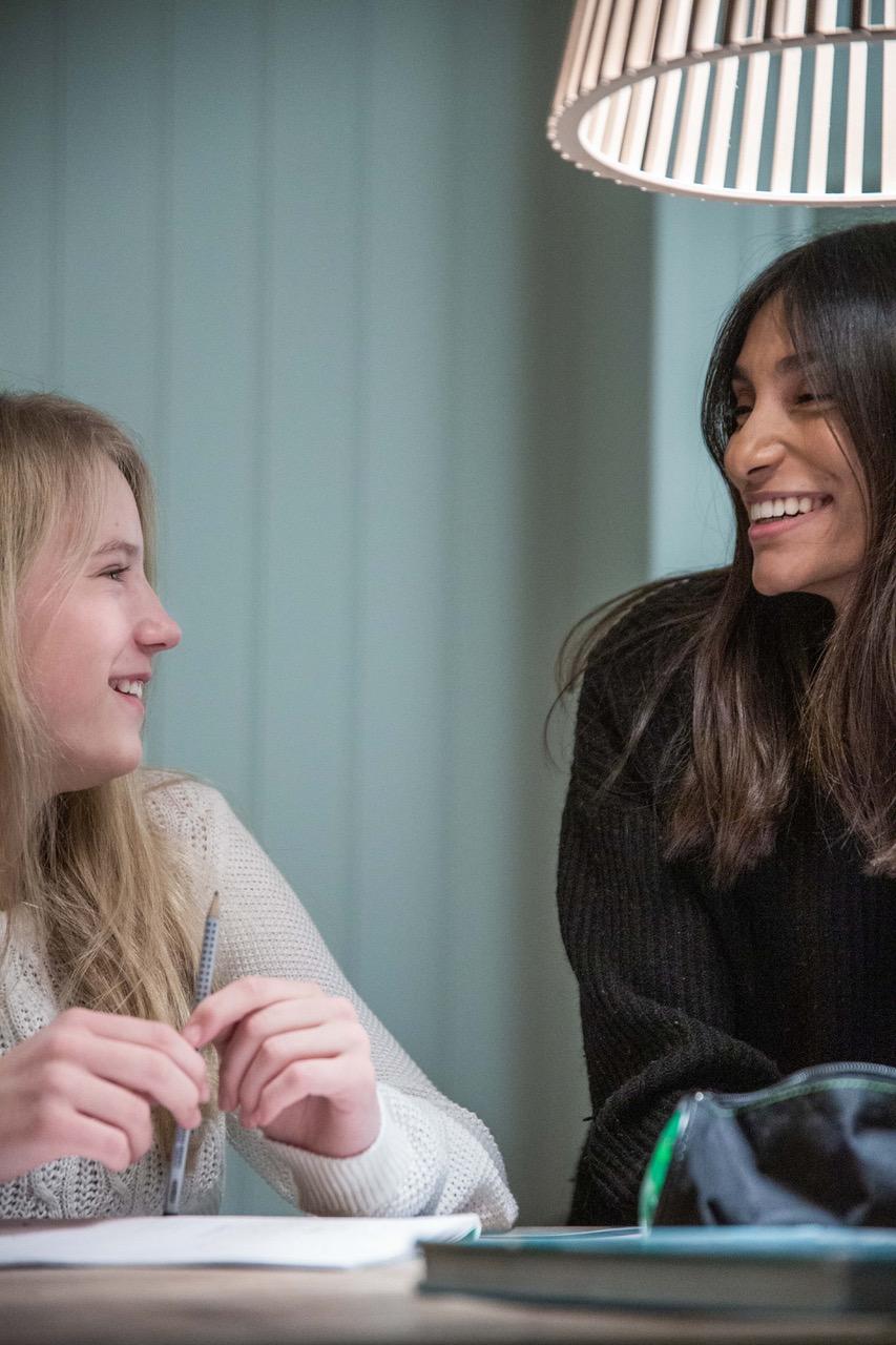 Elev og Personlig lærer som smiler til hverandre