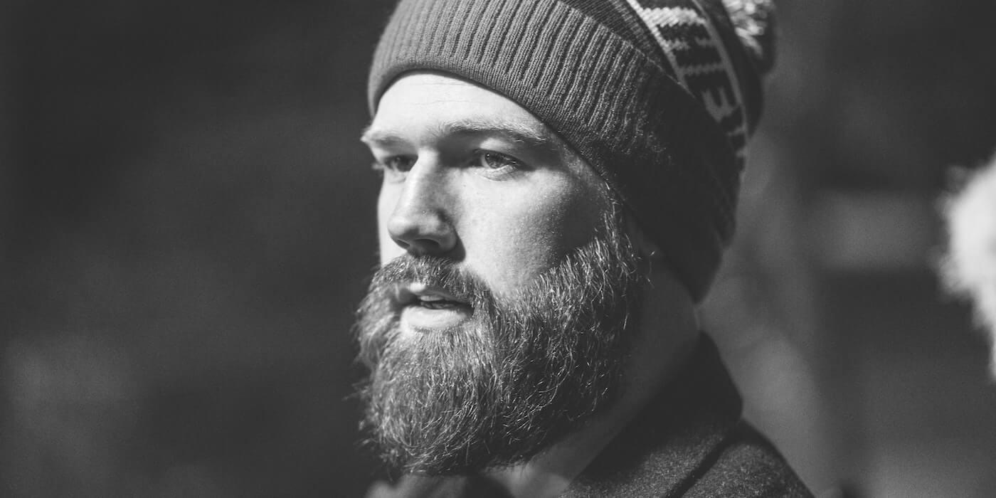 Mann mit Wollmütze | Daniel Bernard - Unsplash