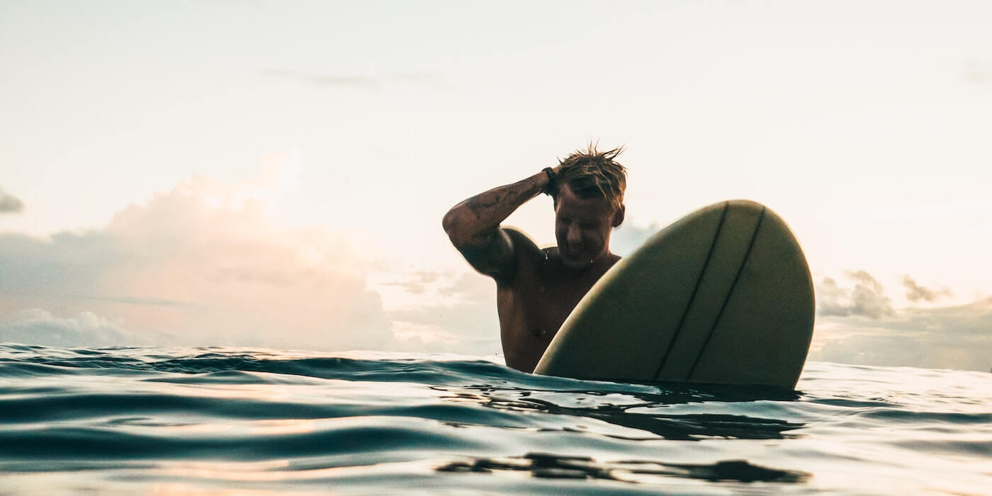 Surfer im Wasser | Oliver Sjöström - Unsplash