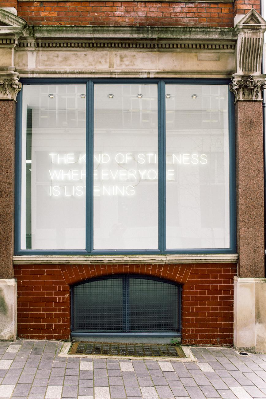 Tim Etchells, The Kind of Stillness, 2020. Neon. 60 × 260 cm.