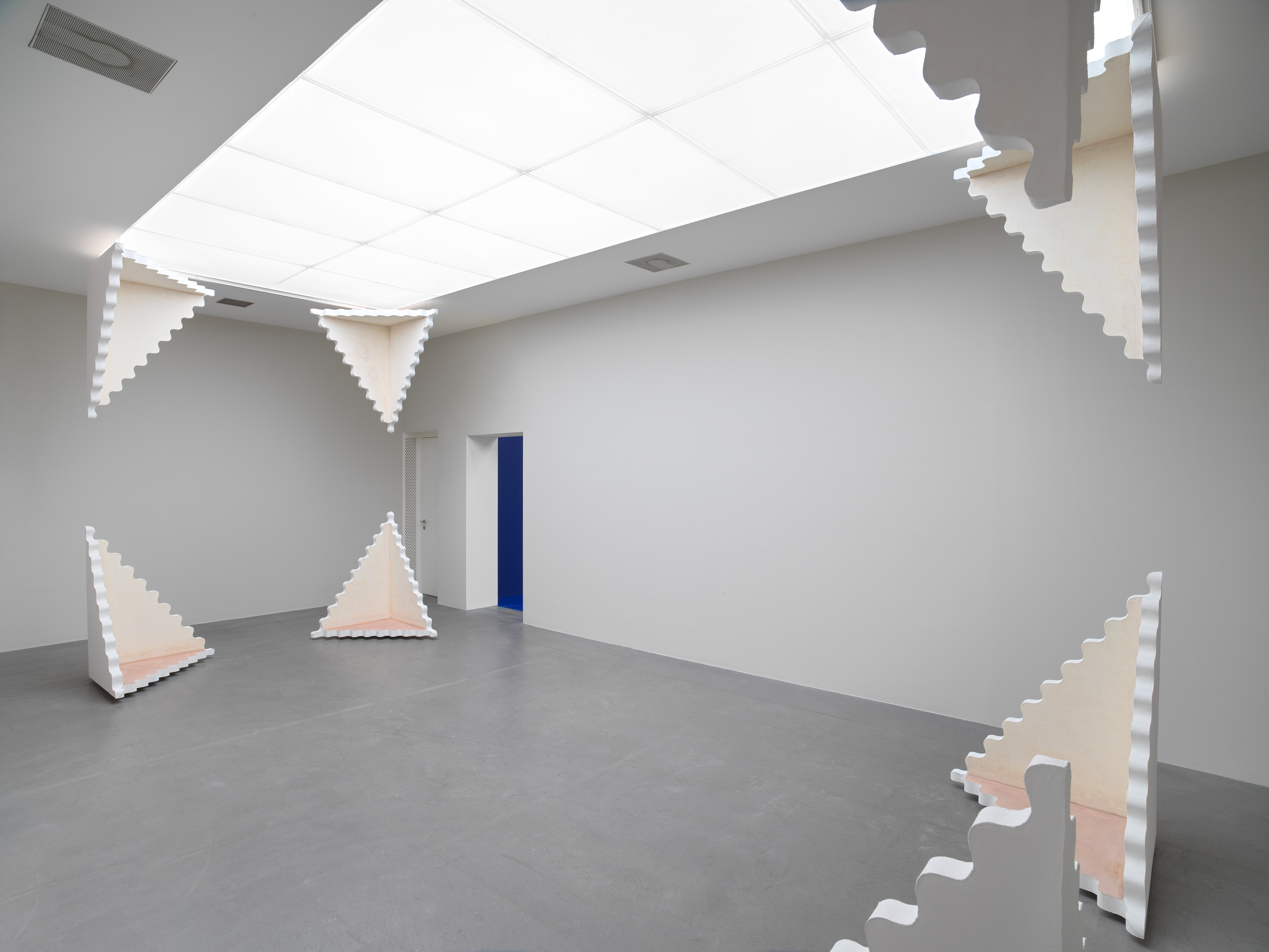 Sam Porritt, Untitled (Where Dust Gathers), 2021. 8 sculptures of gesso on canvas and styrofoam. 123 x 88.5 x 88.5 cm (each). Photographer: Stefan Altenburger.