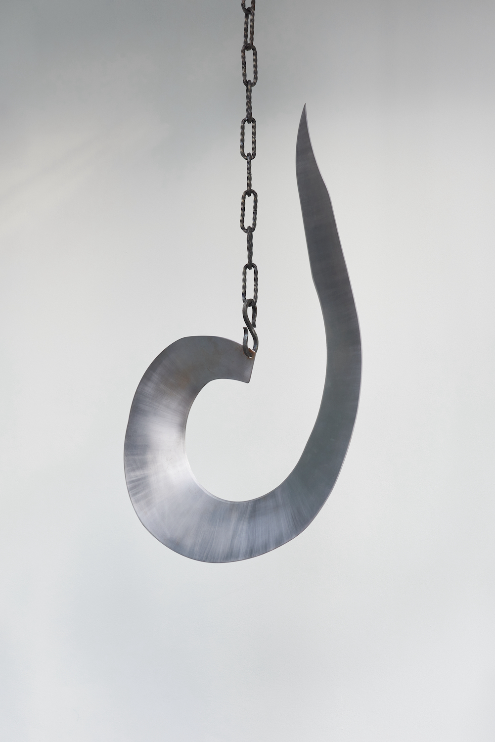 Tarek Lakhrissi, BETRAYING FAMILY, 2021. Steel and steel chains. 68 x 42 x 5 cm.