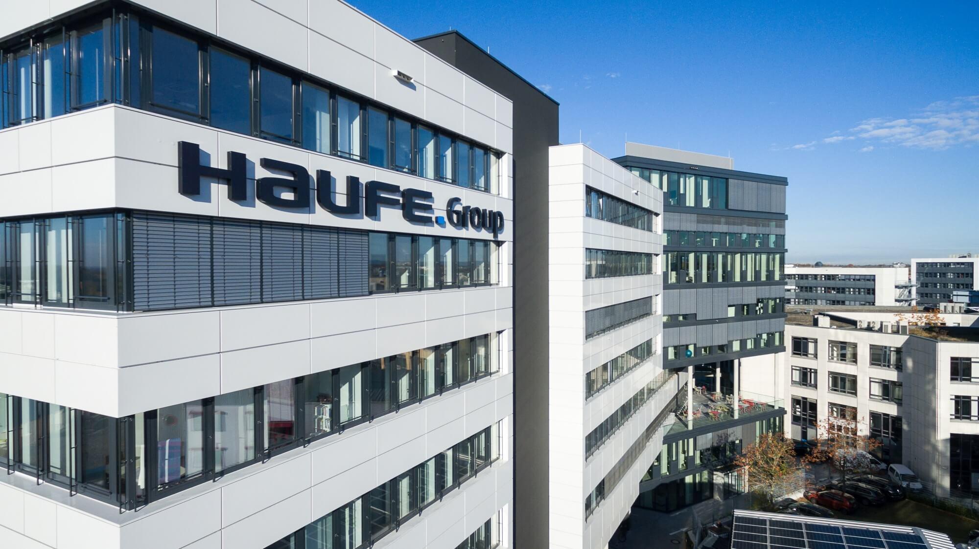 Foto vom Standort Freiburg mit dem Logo der Haufe Group an der Fassade
