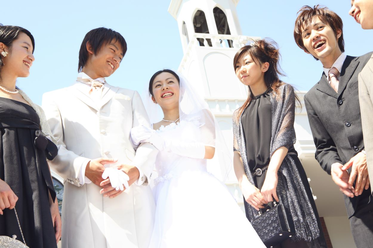 Bride and groom with guests outside a church | Western-style weddings | Weddings in Japan