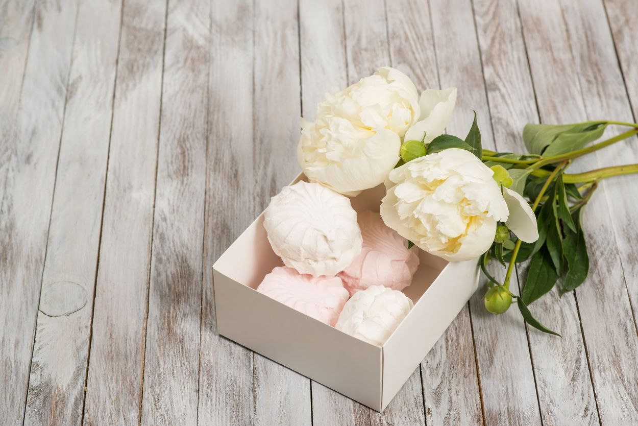 White and pink marshmallows with white peonies | History | What is White Day?