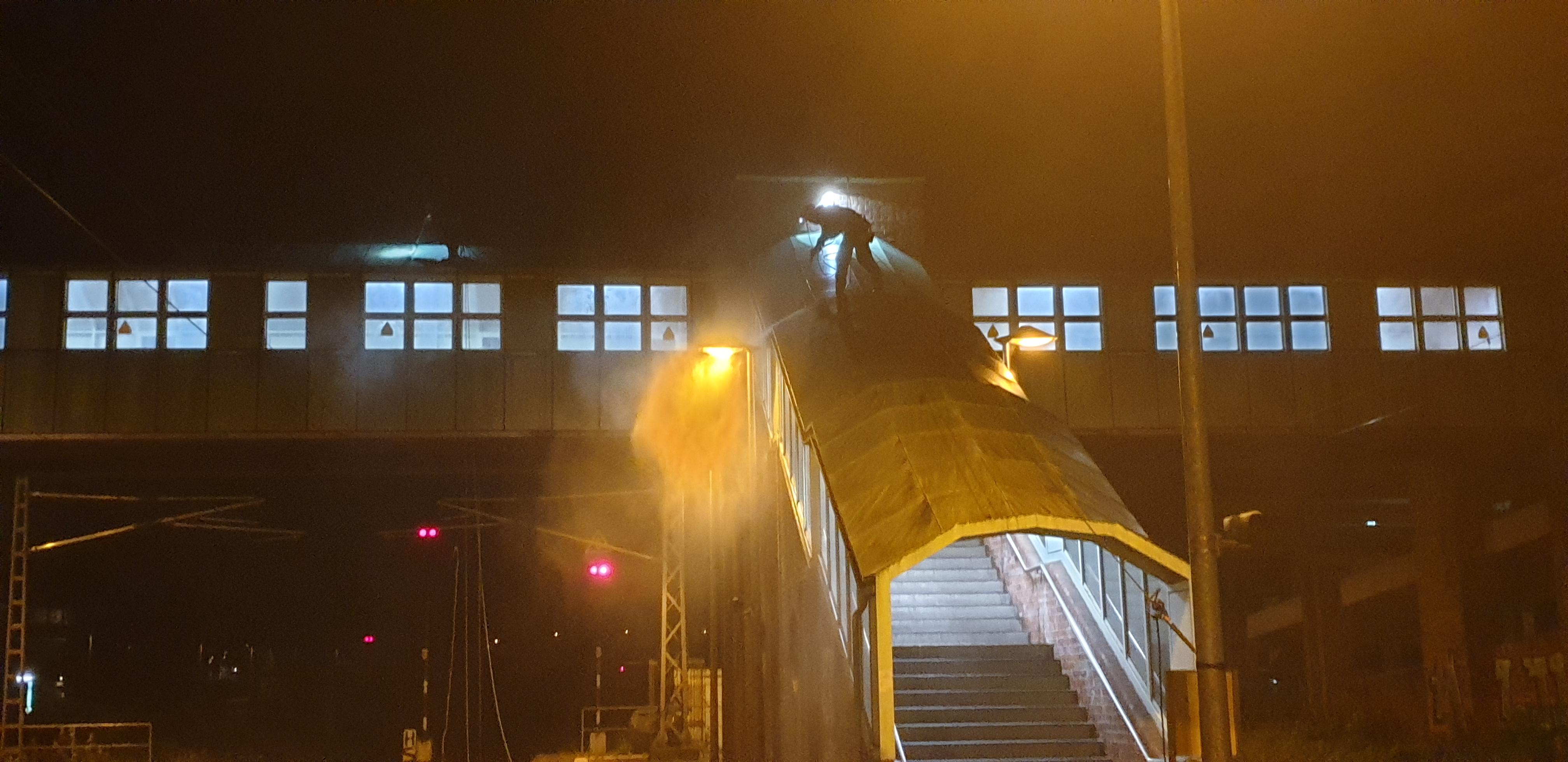 Industriekletterer reinigt Bahnübergang