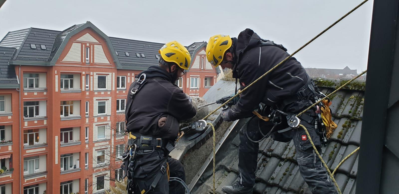Industriekletterer sichern absturzgefährdete Teile in Hamburg