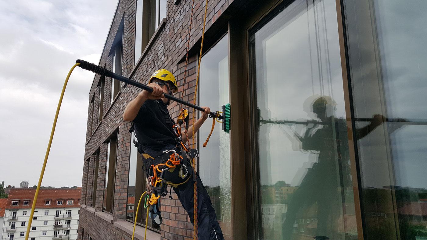 Industriekletterer & Höhenarbeiter bei der Fassaden- und Glasreinigung