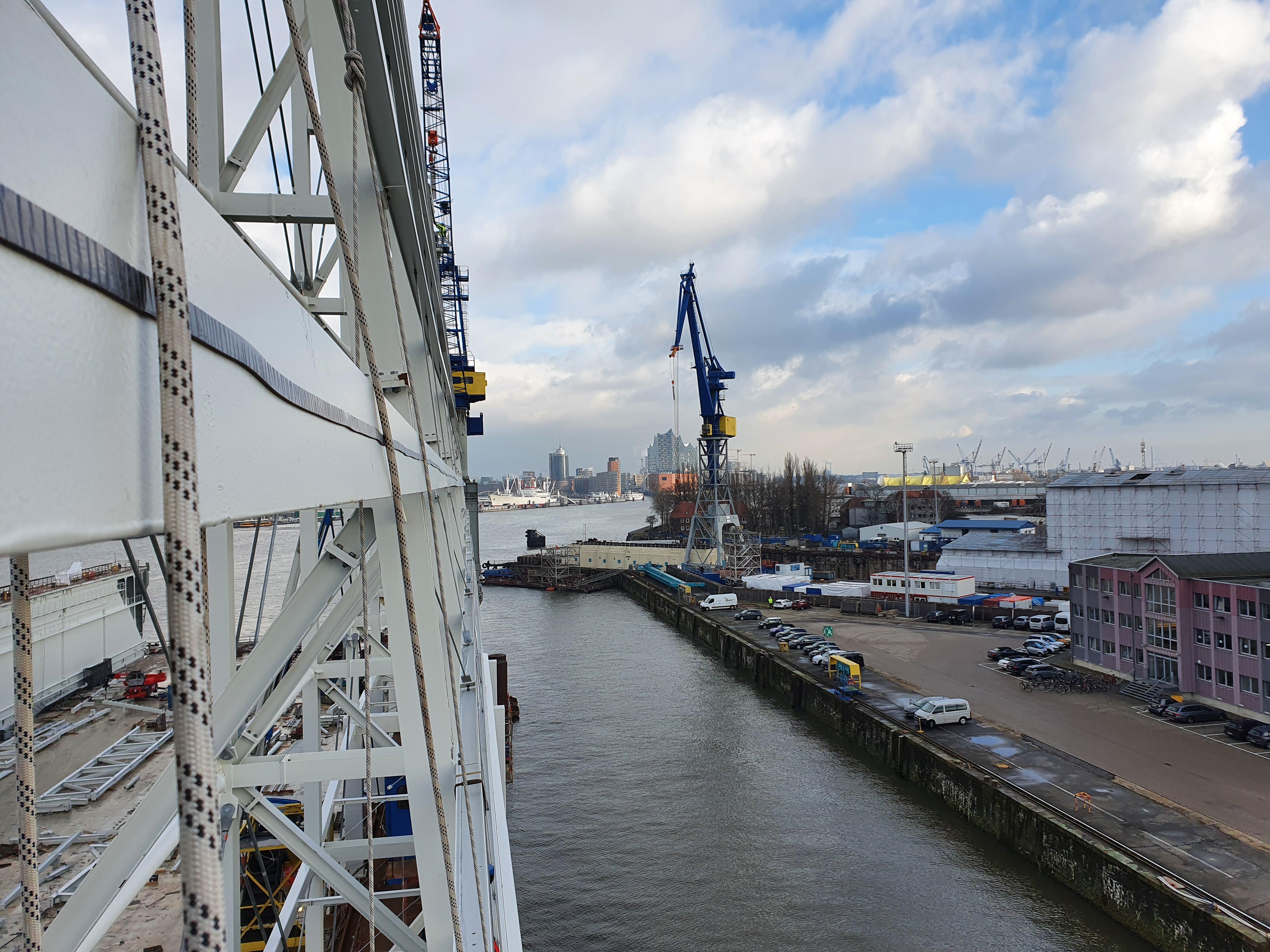 Höhenhandwerker bei der Montage von Lüftungsanlagen in Hamburg