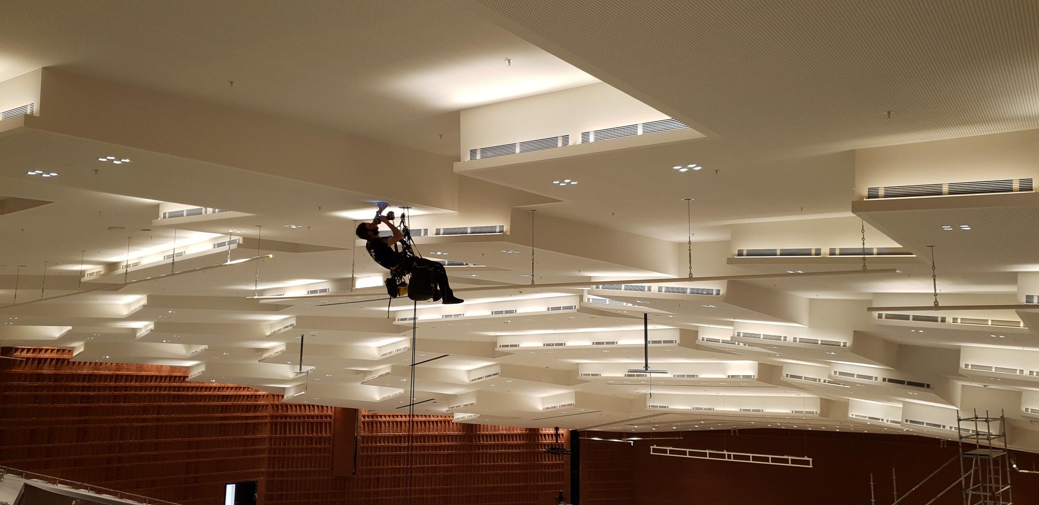 Industriekletterer Hamburg montieren Access Points in Messehallen CCH