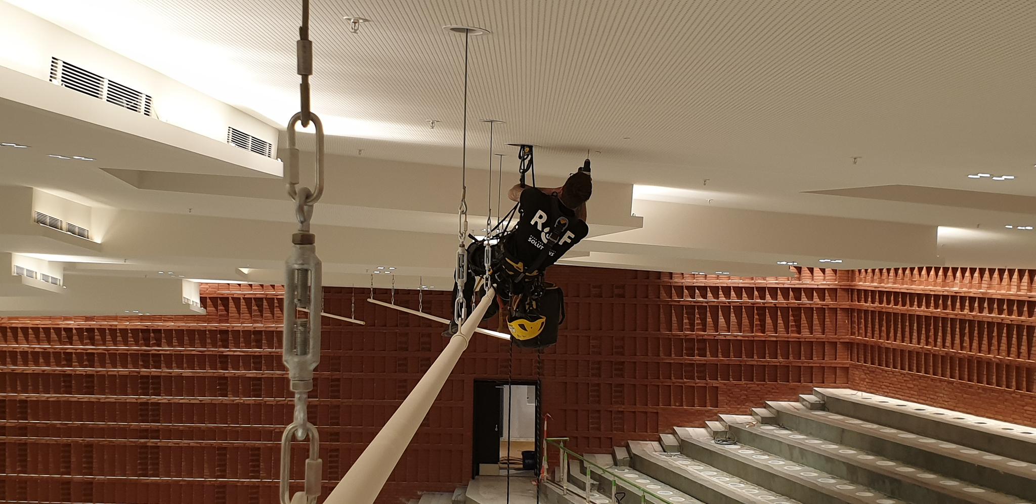 Messehalle CCH: Montage von Accesspoints durch Industriekletterer