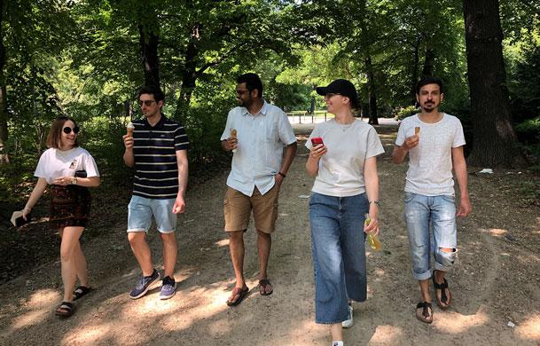 Produktteam läuft durch den Treptower Park
