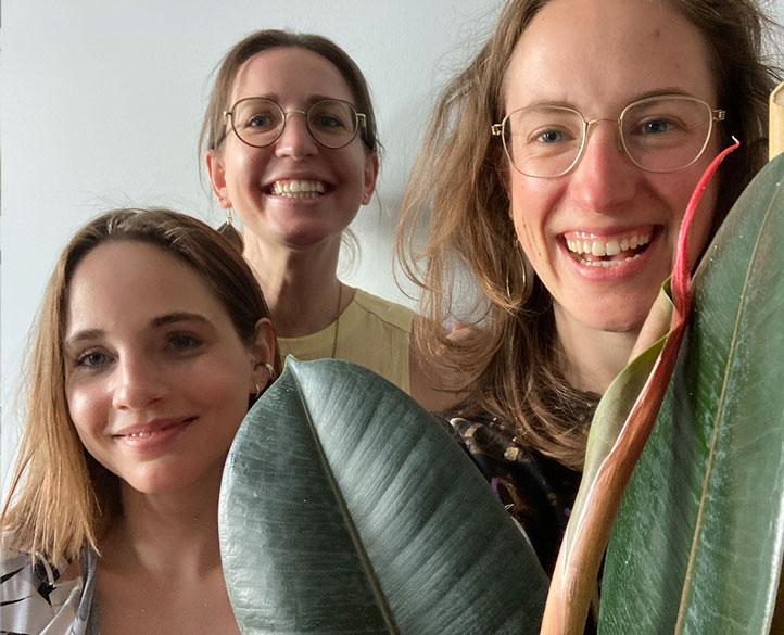 Mitarbeiter sammeln sich um eine Pflanze im ToolTime Büro