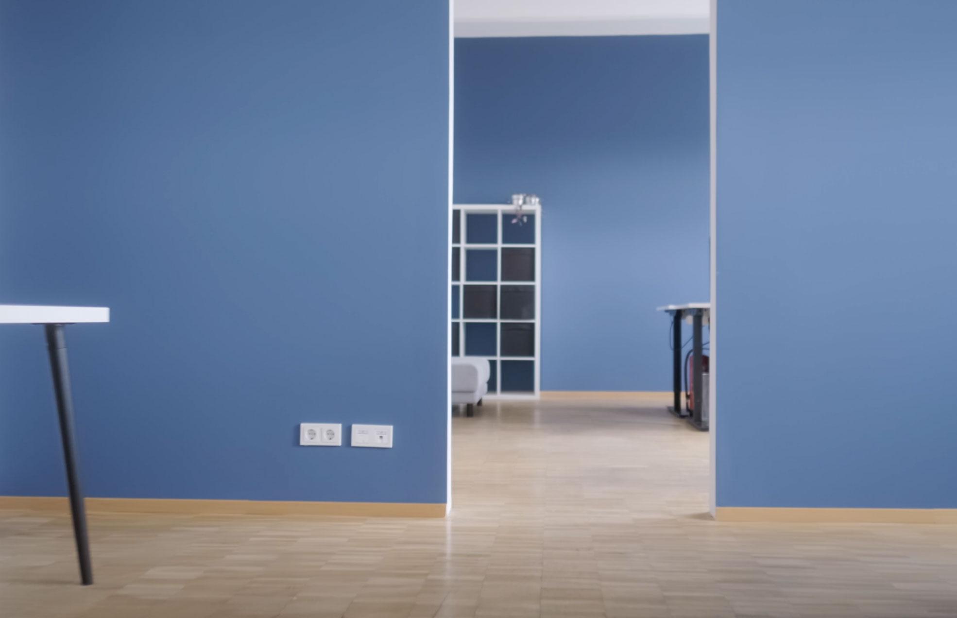 Türrahmen und blaue Wand im ToolTime Büro