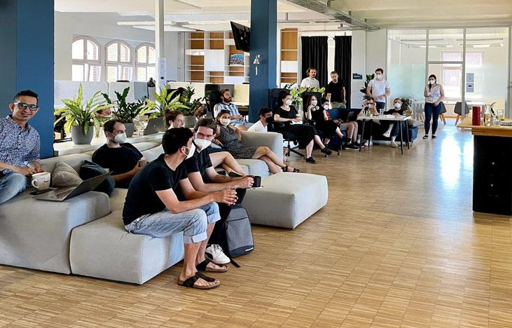 ToolTime Mitarbeiter sitzen auf Sofas im Büro