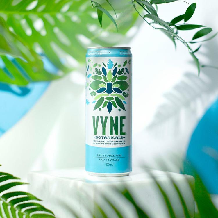 Canne de Vyne Eau Petillante infusé au houblon FLORALE 355ml TX de Option Keto, sur fond végétal.