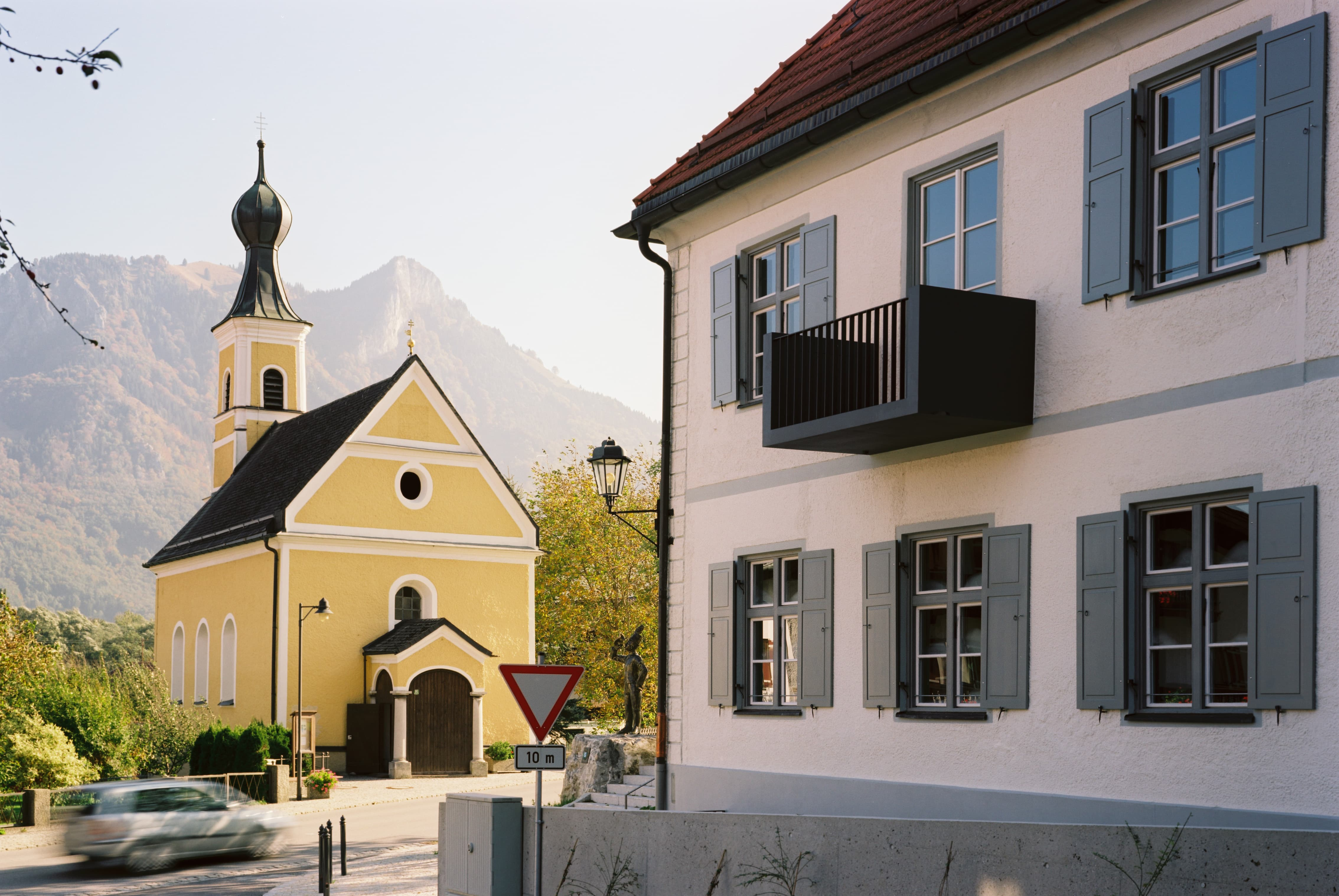 Alte Post Flintsbach Innenhof Kirche