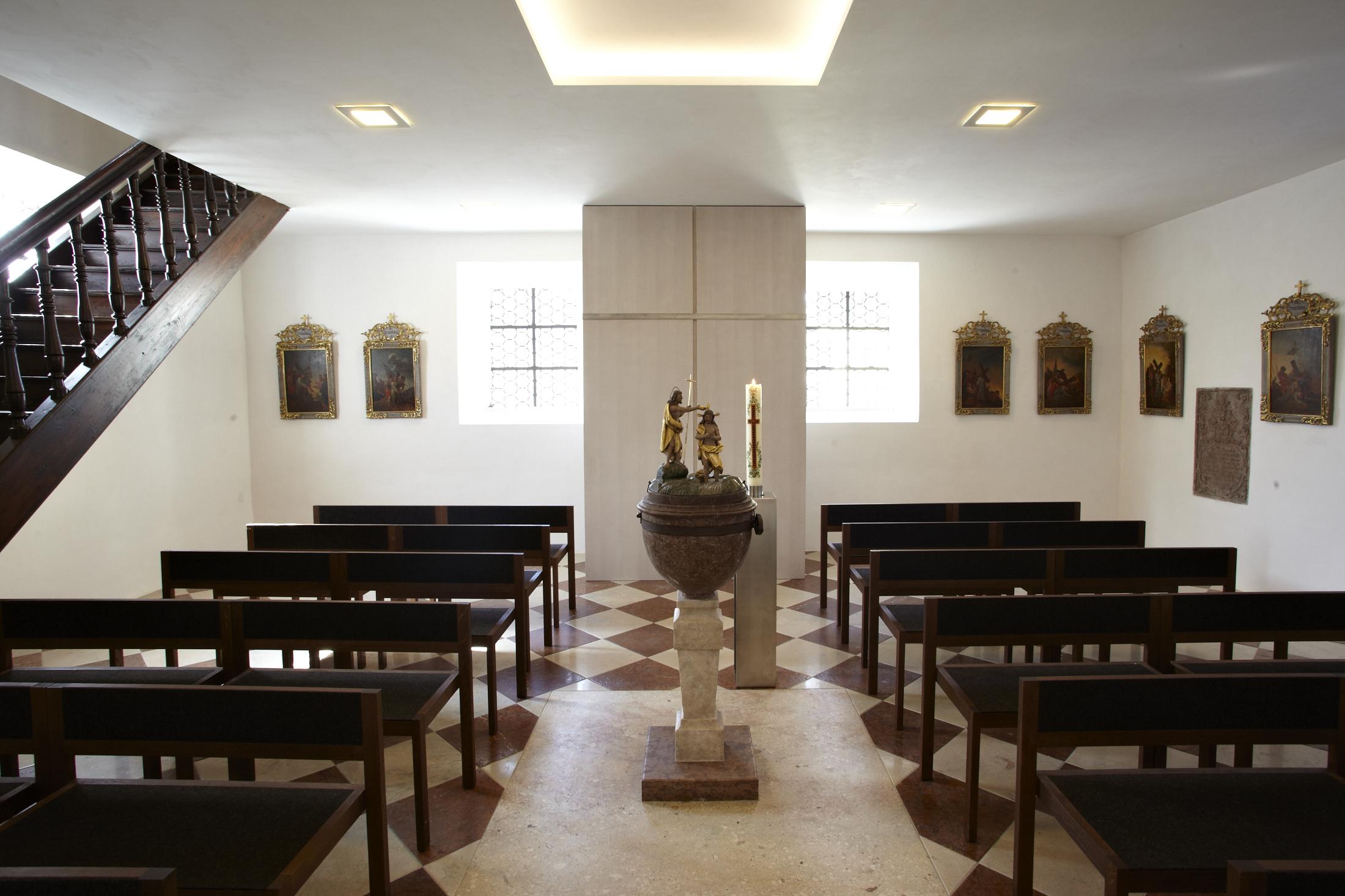 Pfarrkirche St. Emmeram Beichtstuhl und Taufbecken