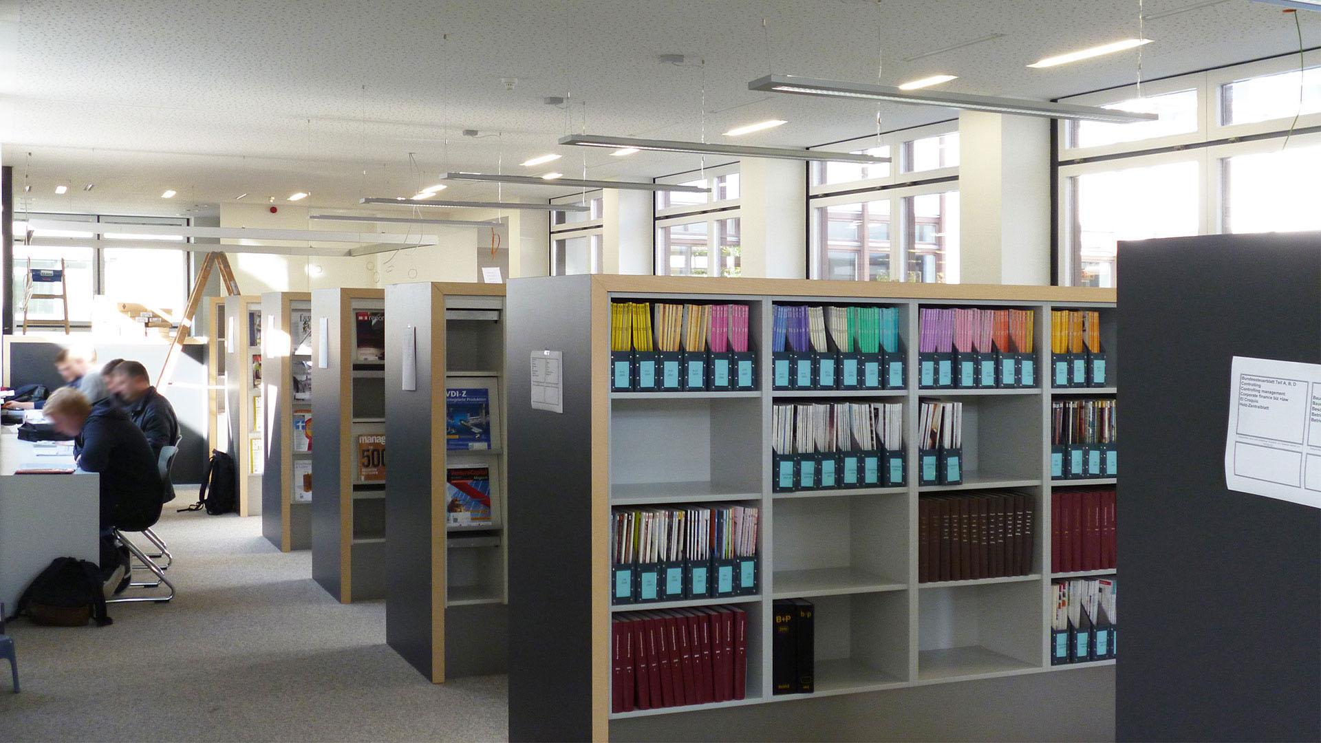 Technische Hochschule Rosenheim Zeitschriftenregale Arbeitsplätze
