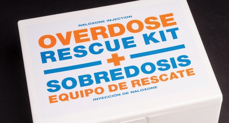 white box with text that reads: overdose rescue kit and sobredosis equipo de rescate