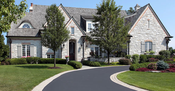 LandscapA perfect driveway in Horseshoe, ON.e design in the Golden Horseshoe, ON