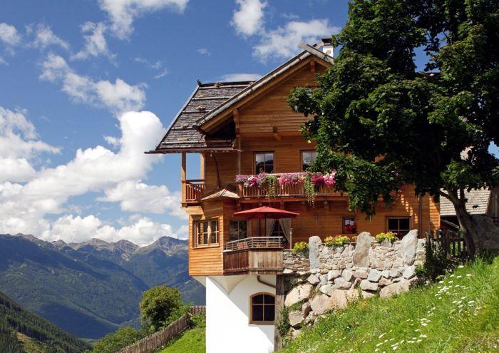 Ein fertiges HolzLehmMassivhaus von außen