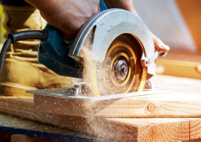 Eine Kreissäge schneidet durch Holz